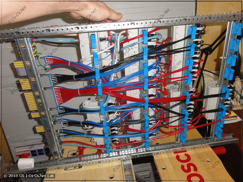 Все провода уложены сзади на фиксаторах ED44P10