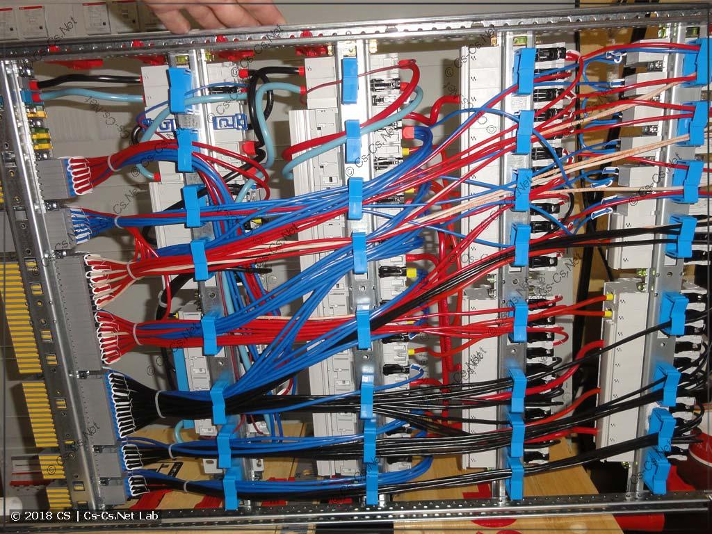 Снова провода сзади щита уложены на держателях ED44P10