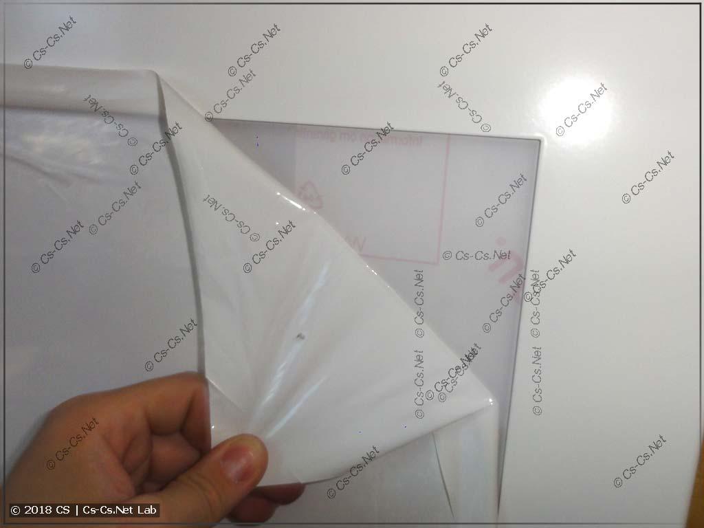 Прозрачная дверь для щитов покрыта защитной плёнкой