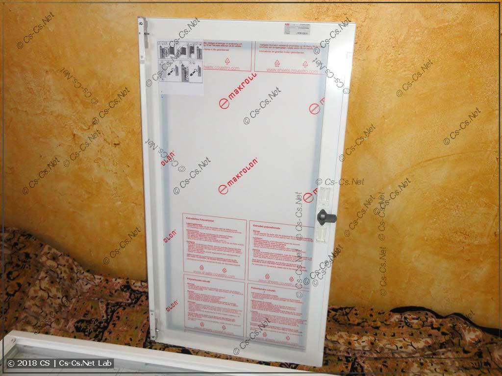 Сзади оргстекло двери тоже защищено плёнкой