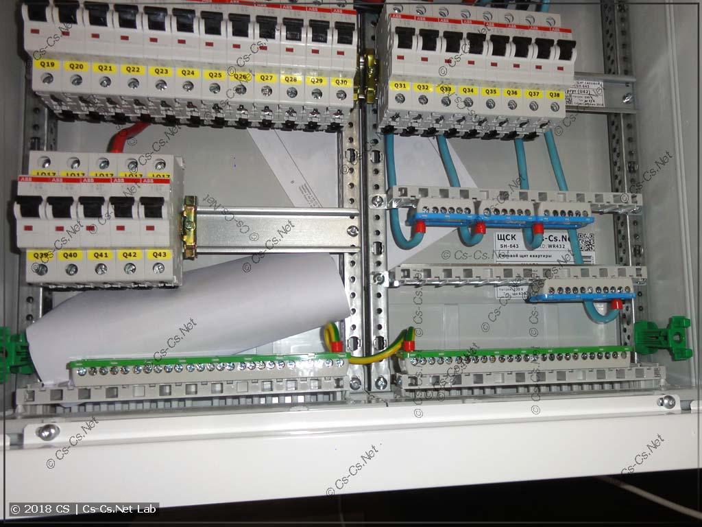 Снизу щита расположены шинки для подключения кабелей