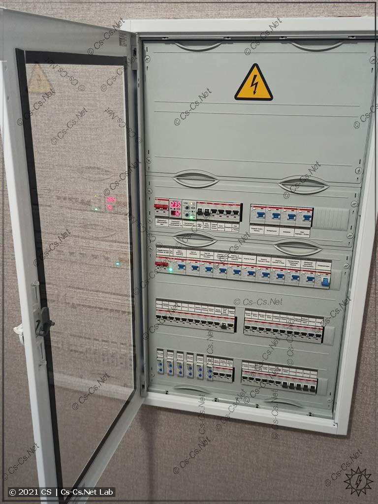 Смонтированный щит AT62 с прозрачной дверью (немного встроен в стену)