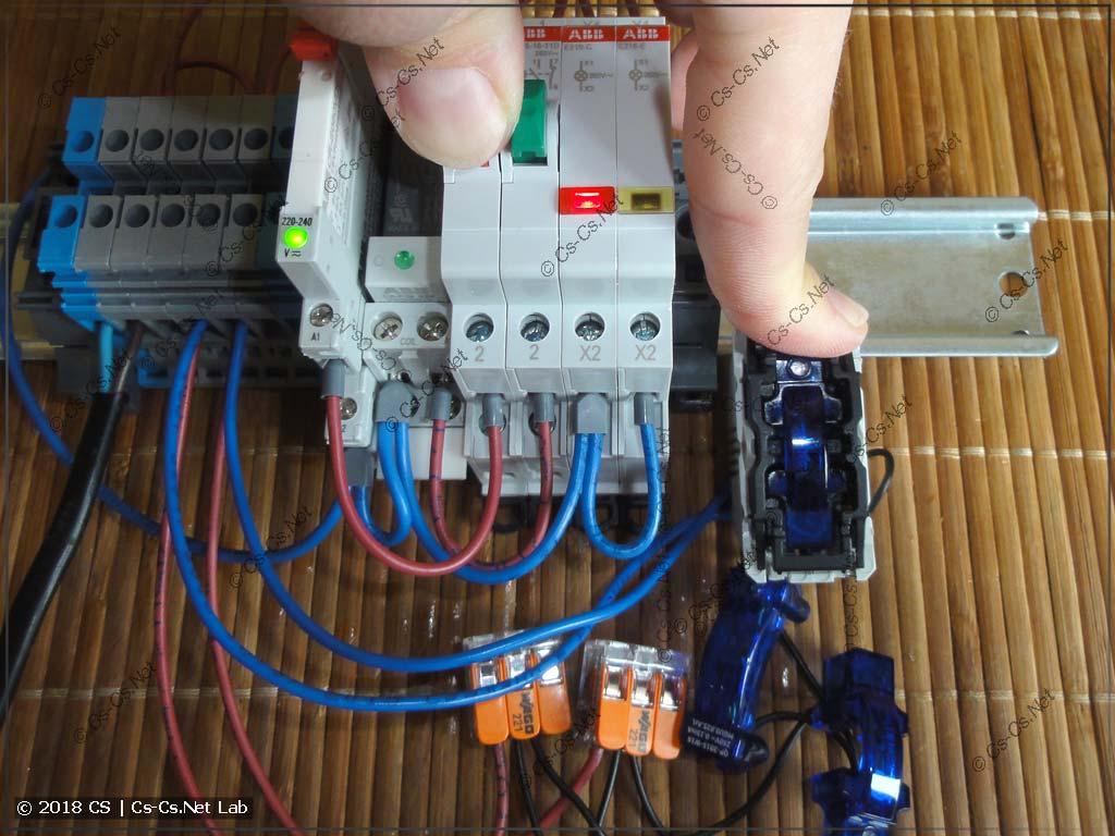 Тестируем три лампы с подсветкой и реле CR-S: всё работает (кнопка нажата)