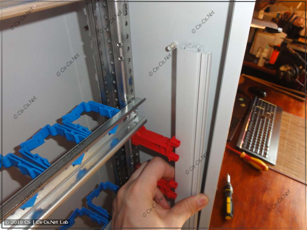 Профиль защиты от прикосновения НЕ получится поставить, если вы уже собрали шкаф