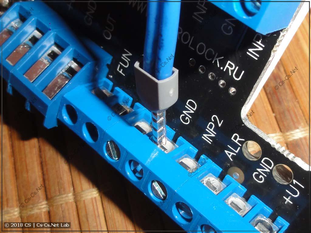 Клеммы модулей GidroLock: провода в них еле-еле влезают