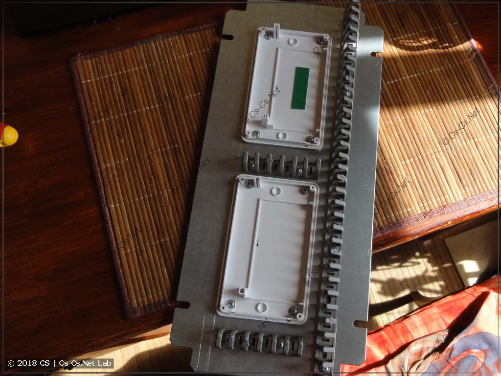 Крепим корпуса модулей GidroLock на монтажную панель