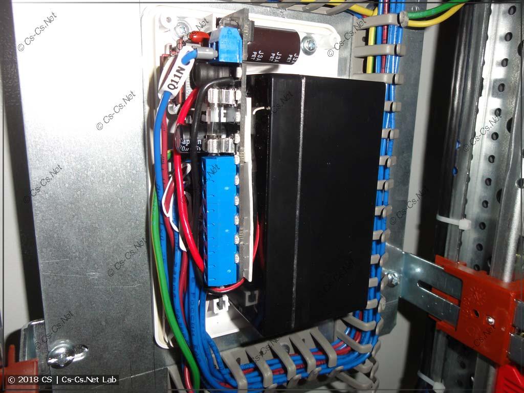 Вся начинка GidroLock собрана, виден огромный пучок проводов, который не помещается в корпус