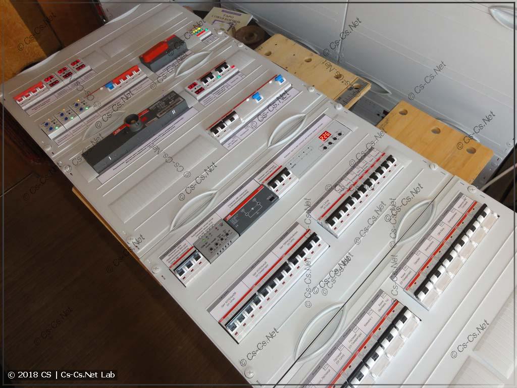 Закрываем щит пластронамм и клеим подписи автоматов