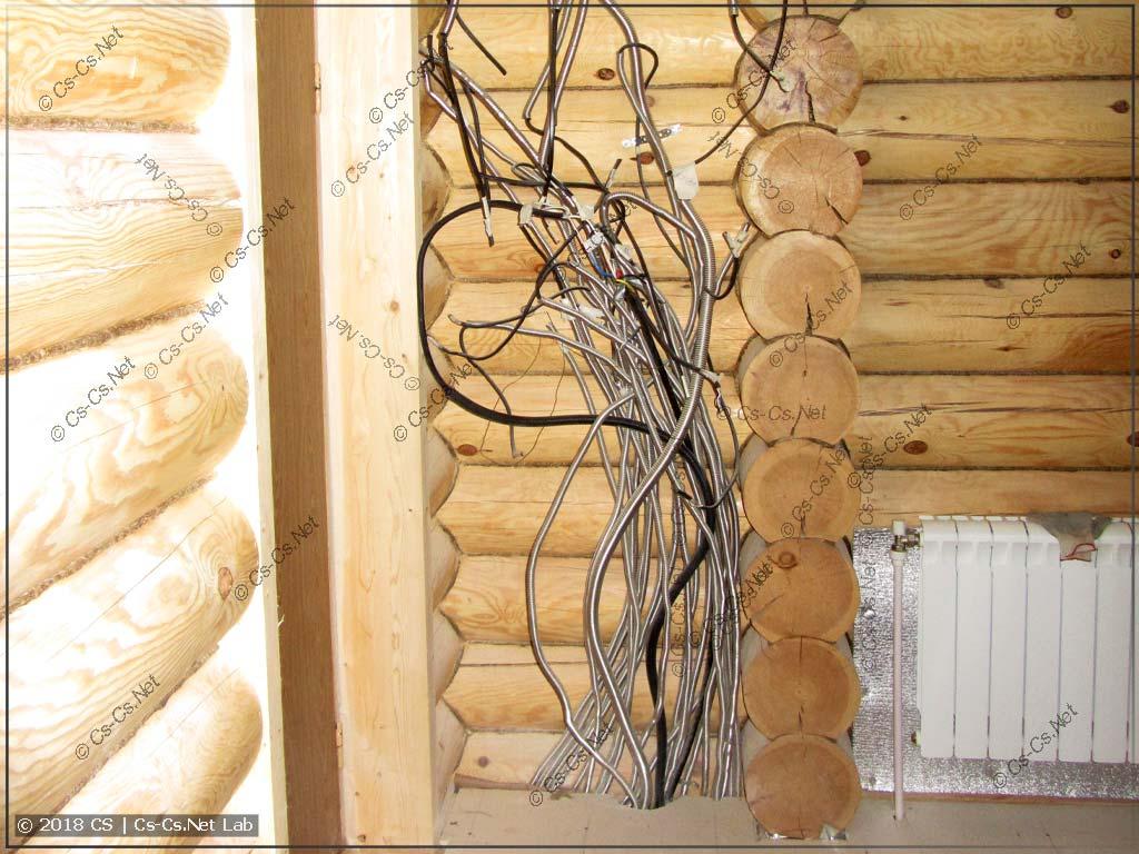 Кабели в деревянном доме, проложенные в трубах Kofulso
