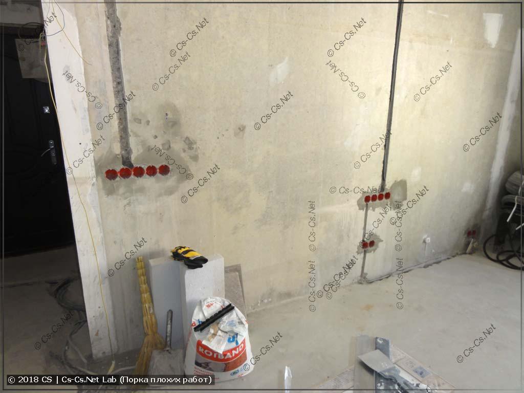Зал (большая комната) в процессе ремонта и куча проходных выключателей