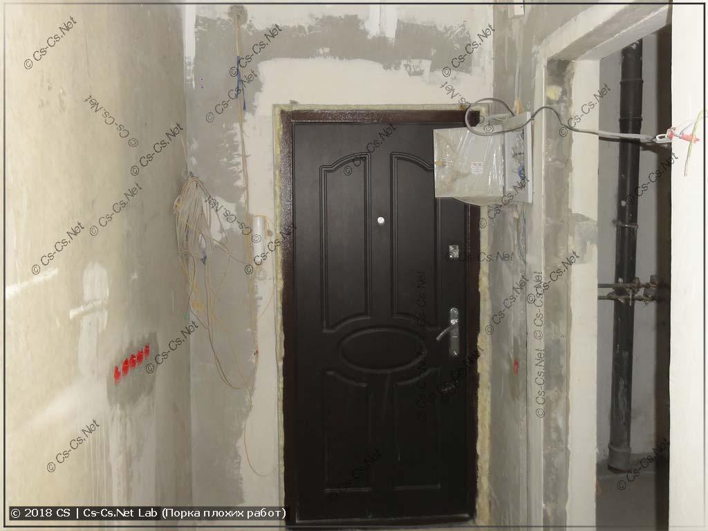 Входная дверь, место для щитка и кучка проходных выключателей