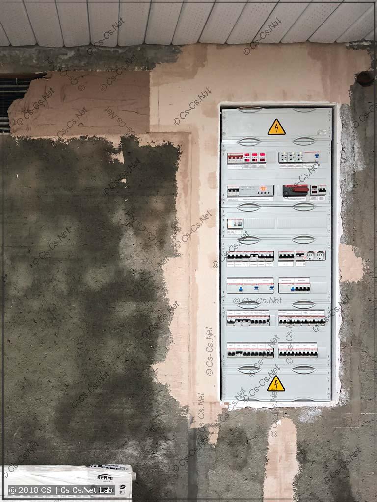 Щит установлен на своё место, а стена ждёт отделки плиткой