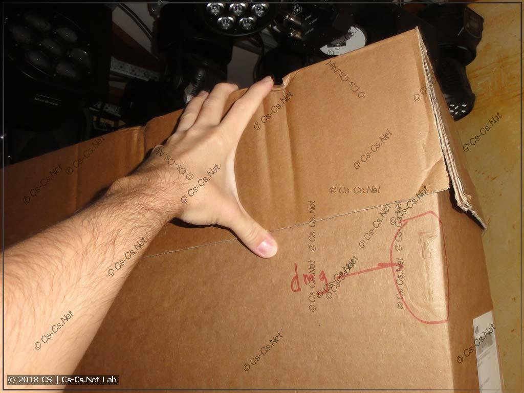 Верхняя картонная крышка упаковки шкафа TwinLine скрывает повреждения