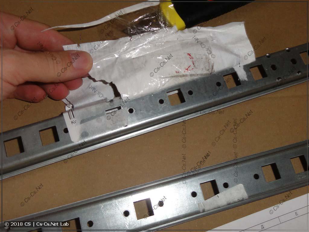 После снятия скотча на DIN-рейках остаются следы клея (склад ЭТМ)