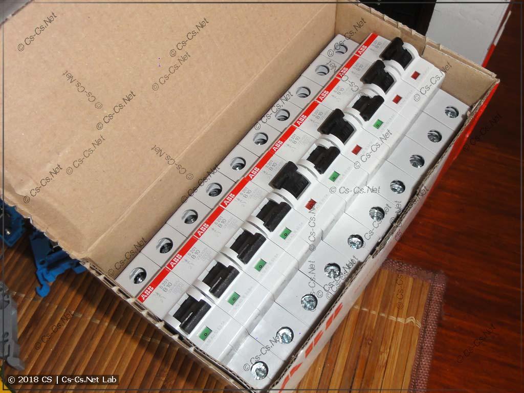Удар по коробке был сильный: часть автоматов внутри запакованной коробки выключилась