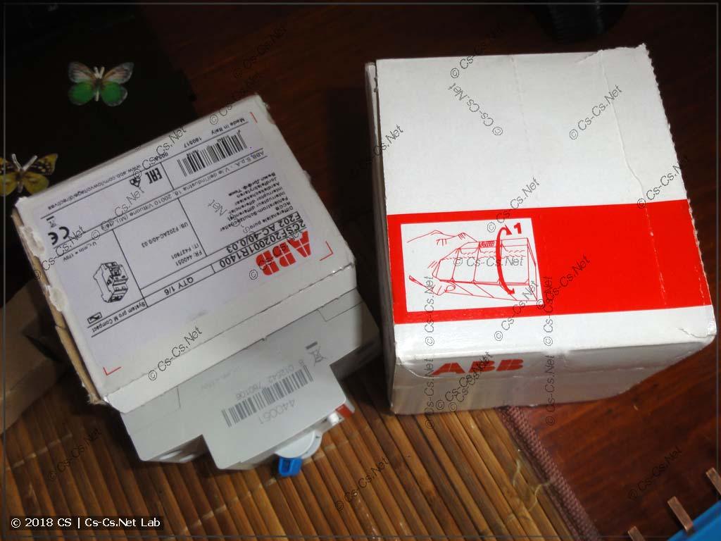 УЗО оторвано от коробки неправильно, коробка вскрыта, есть риск повреждения передней панели УЗО (утеря товарного вида)