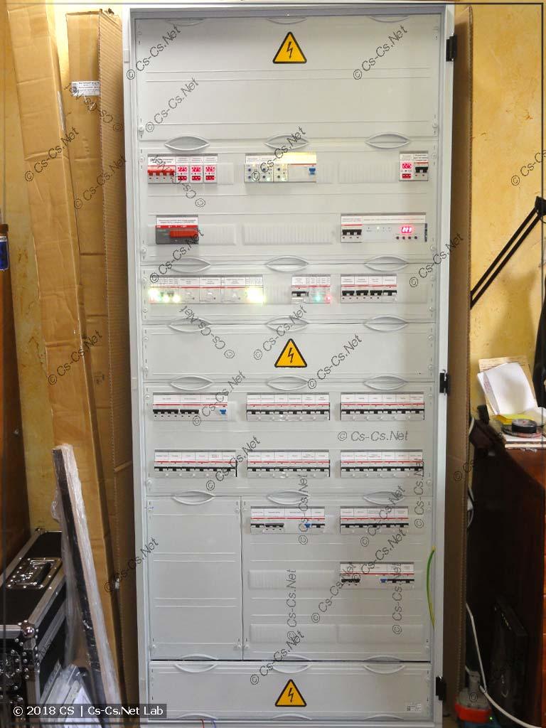 Щит полностью собран: закрываем все пластроны и клеим надписи на автоматы