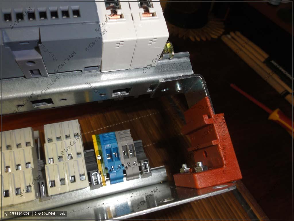DIN-рейка для модульки поднята вверх на упиленных регуляторах ZW59P2