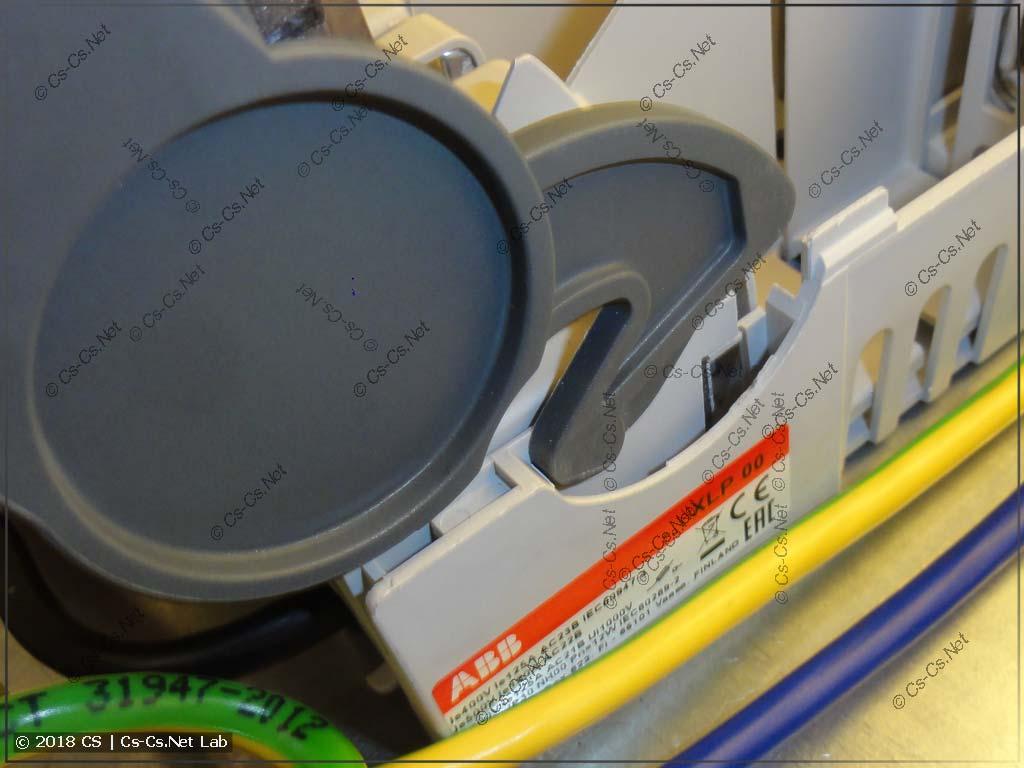 Сдвигаем крышку рубильника XLP, чтобы снять её с рубильника