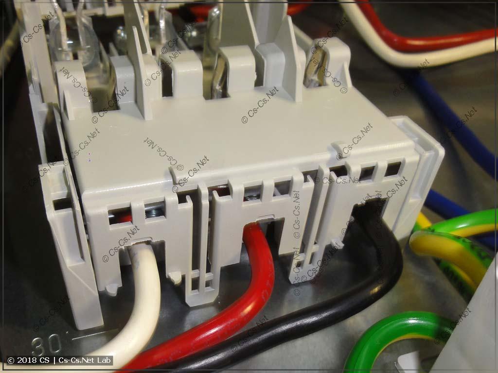 Крышка с подключенными к рубильнику проводами