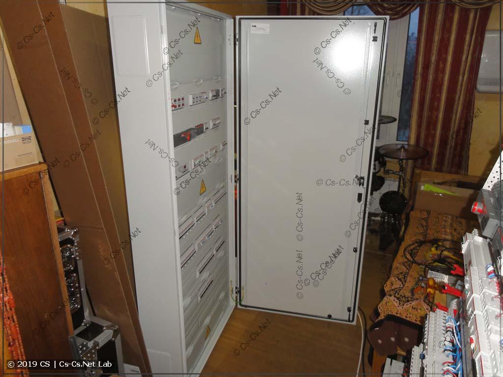 Собираем шкаф полностью: ставим на него дверь и готовим шкаф к упаковке