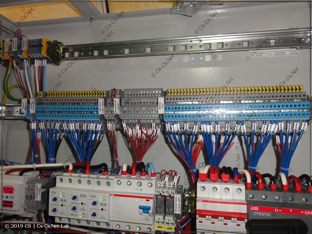 Клеммы для подключения отходящих кабелей мы стараемся располагать так, чтобы оставалось место для разделки кабелей