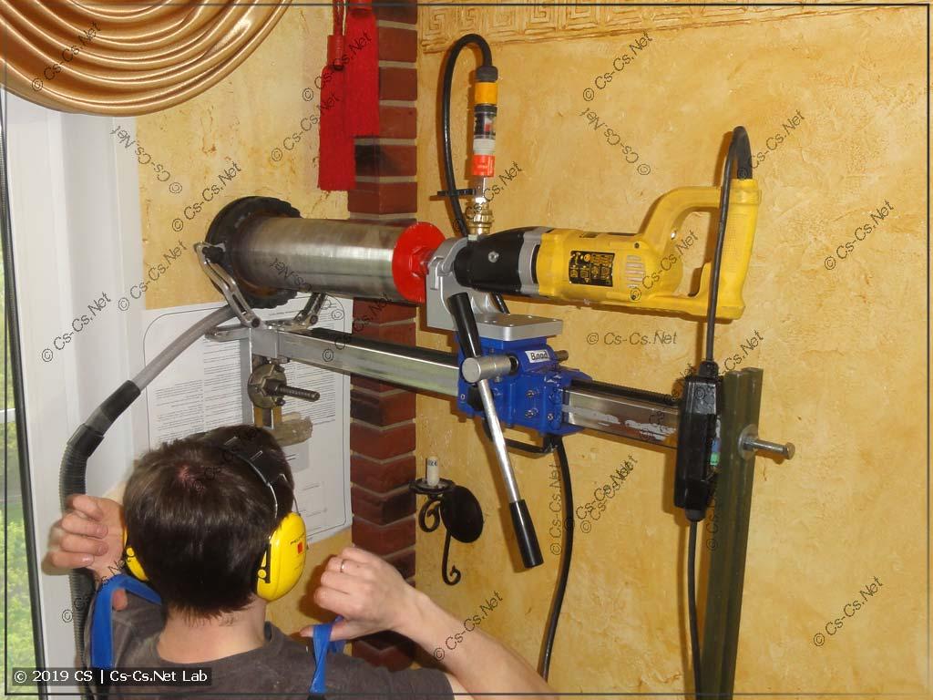 Сам процесс сверления отверстия в стене для бризера