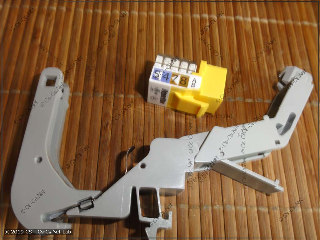 Крепление открывается и в него вставляется KeyStone-модуль любого типа