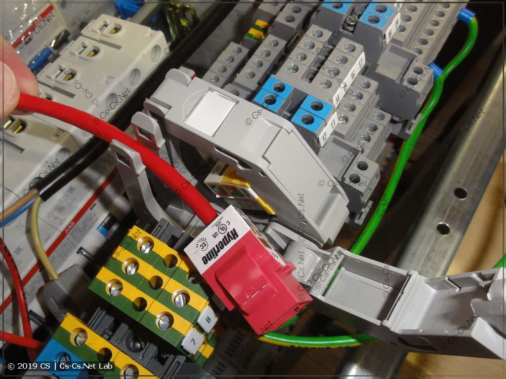 Пример установки внутри щита: открываем держатель и заводим туда кабель со вставкой