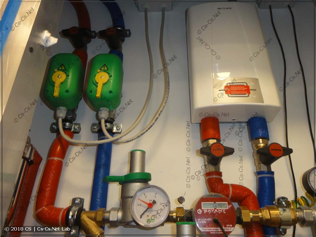 Сантехшкаф: краны воды, водонагреватель