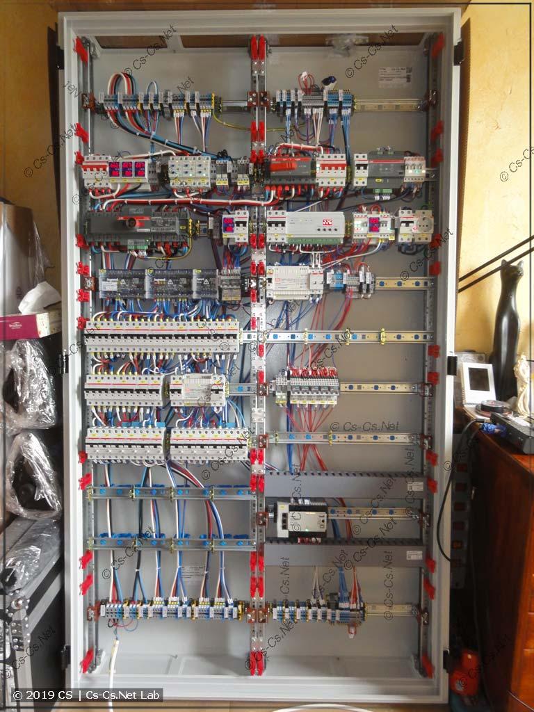 Внутренний монтаж ГРЩ: оставлено много свободного места на подключение толстых кабелей