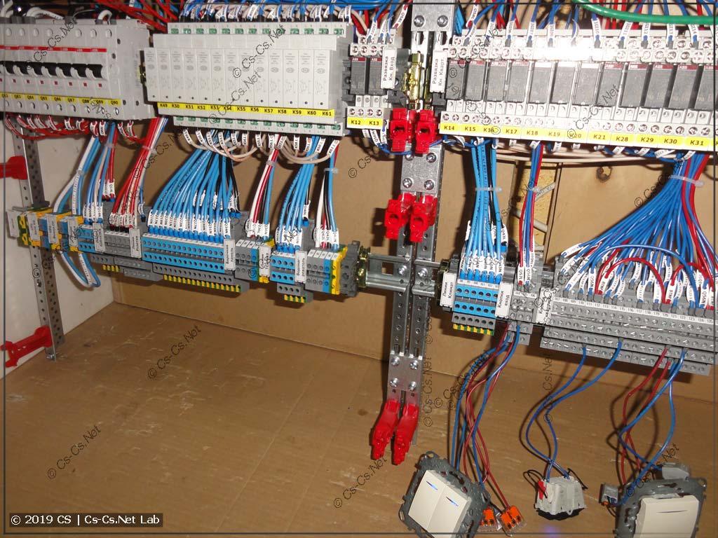 Клеммы для подключения отходящих линий щита (и расстояние для кабелей около них)
