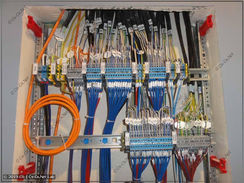Рабочие, которые делали проводку, подключили кабели к моим клеммам