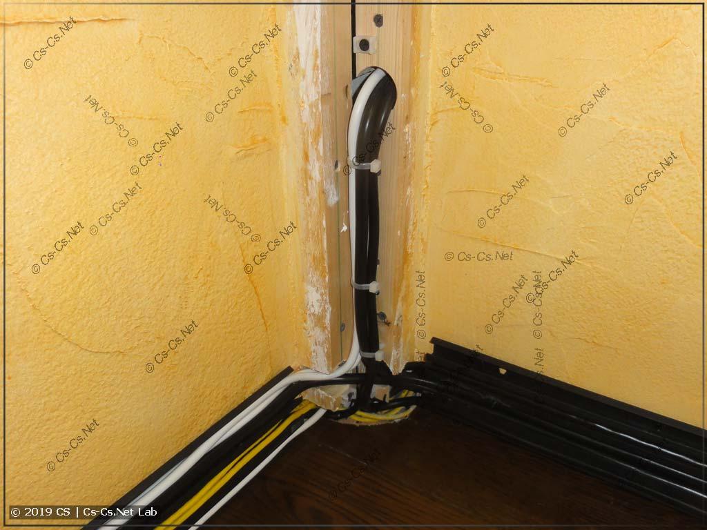 Основная часть проводки, которая заходит в комнату из короба в коридоре и расходится в плинтусе
