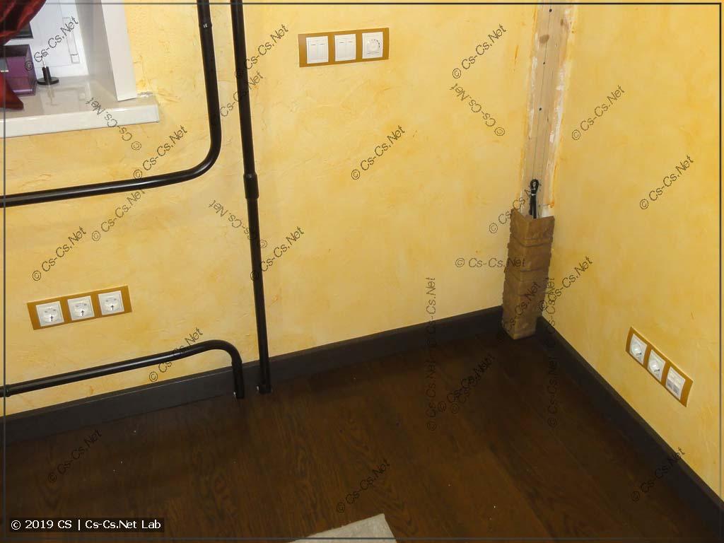 Кусок стены со смонтированными розетками и выключателями