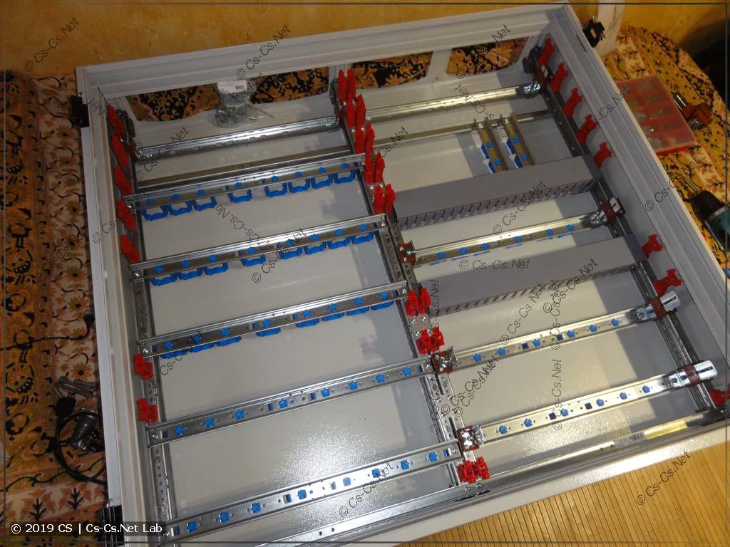 Вся рама (на системе CombiLine) собрана и установлена (для теста) в корпус щита