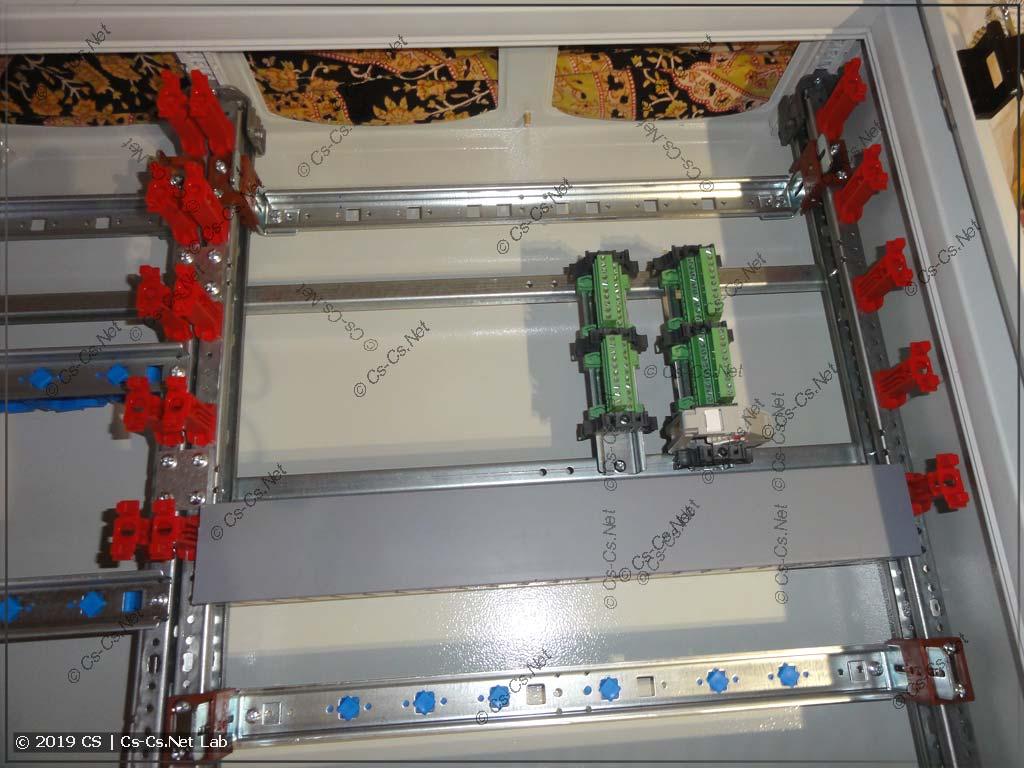 На короткие DIN-рейки установлены разъёмы для шлейфов пластрона