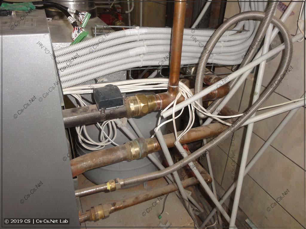 Просто прекрасно! Проводка ШВВПхой лежит прям на выходной трубе ГВС от котла!