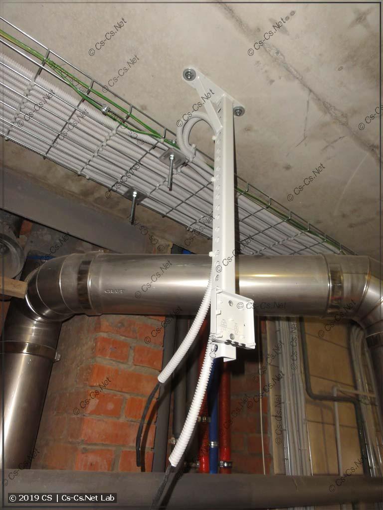 Консоль на потолке для крепления датчиков температуры котельной и метана