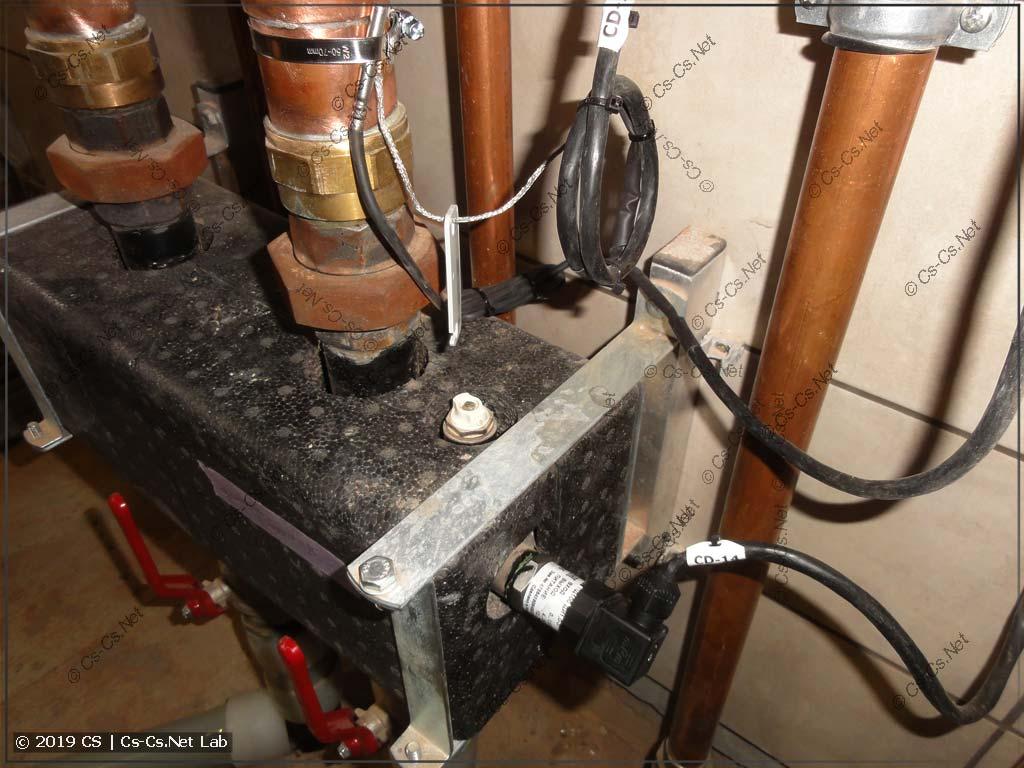 Датчик давления установлен в гидрострелку (видны датчики температуры котла и щита)