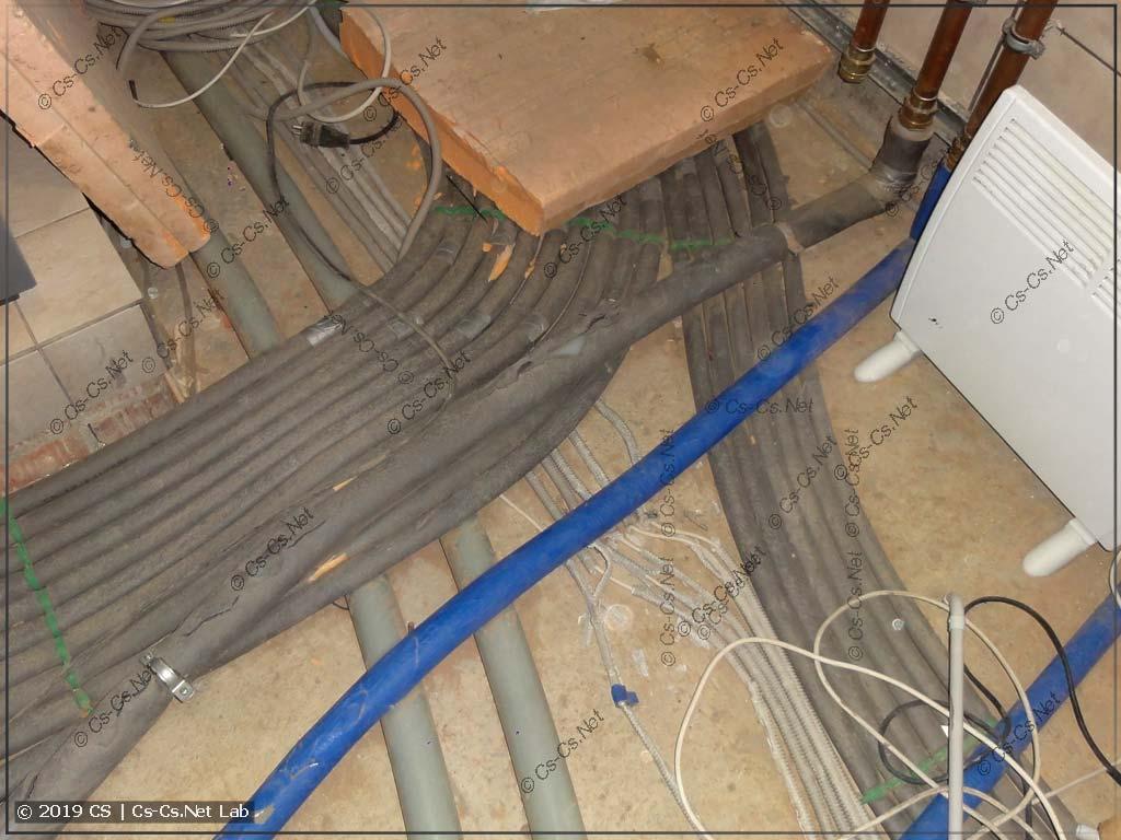 Старая проводка котельной шла по полу. И её всю передавили трубами и ногами