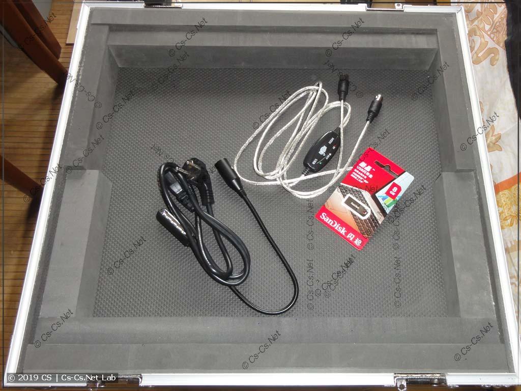 Снизу кофра есть место для того, чтобы хранить что-то полезное (кабели, лампу, да хоть ноут)