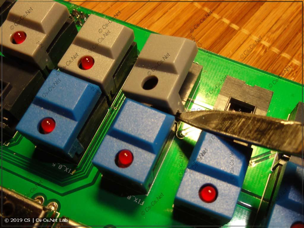 Способ открывания крышки кнопки, если она стоит в середине (там надо по другому подсовывать скальпель)