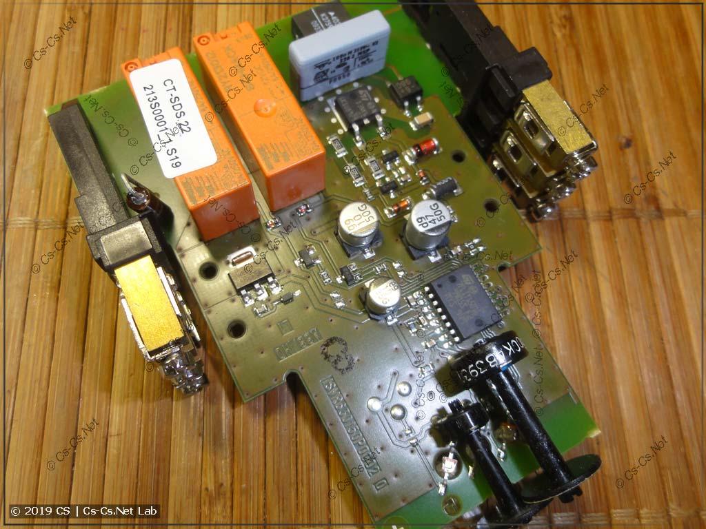Печатная плата реле. Виден микроконтроллер, резисторы для регулировки уставок