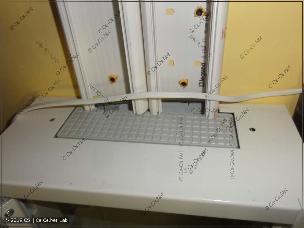Для короба у щитов ATxx надо подпилить задний край корпуса (чтобы было удобно заводить провода)
