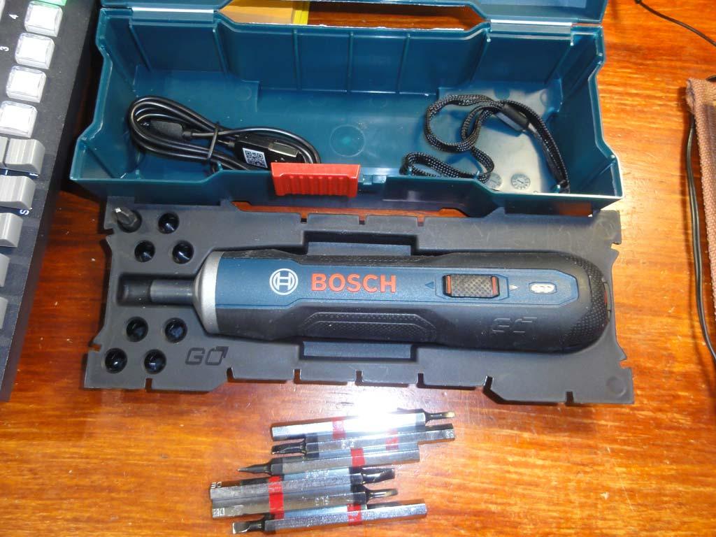 Электрическая отвёртка Bosch GO: внутренности коробочки и мои биты для неё