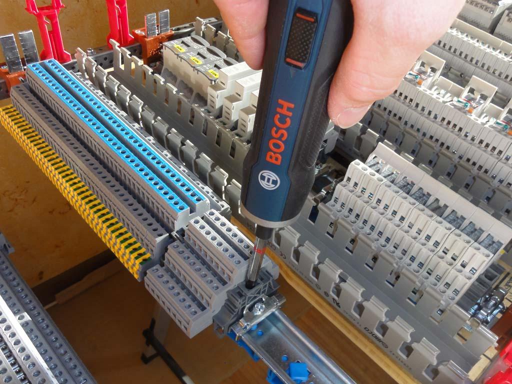 Отвёртка Bosch GO годится для сборки щитов: можно и клеммы крутить, и фиксаторы BAM4...