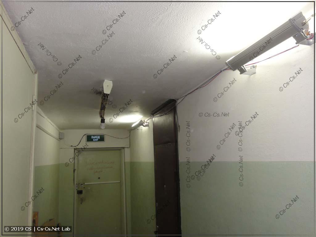Первые попытки прибрать этажный холл: сделал новые светильники