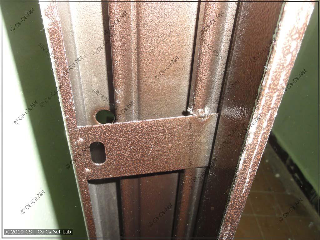 Металл двери - тонкий (анкера его даже раздавили)