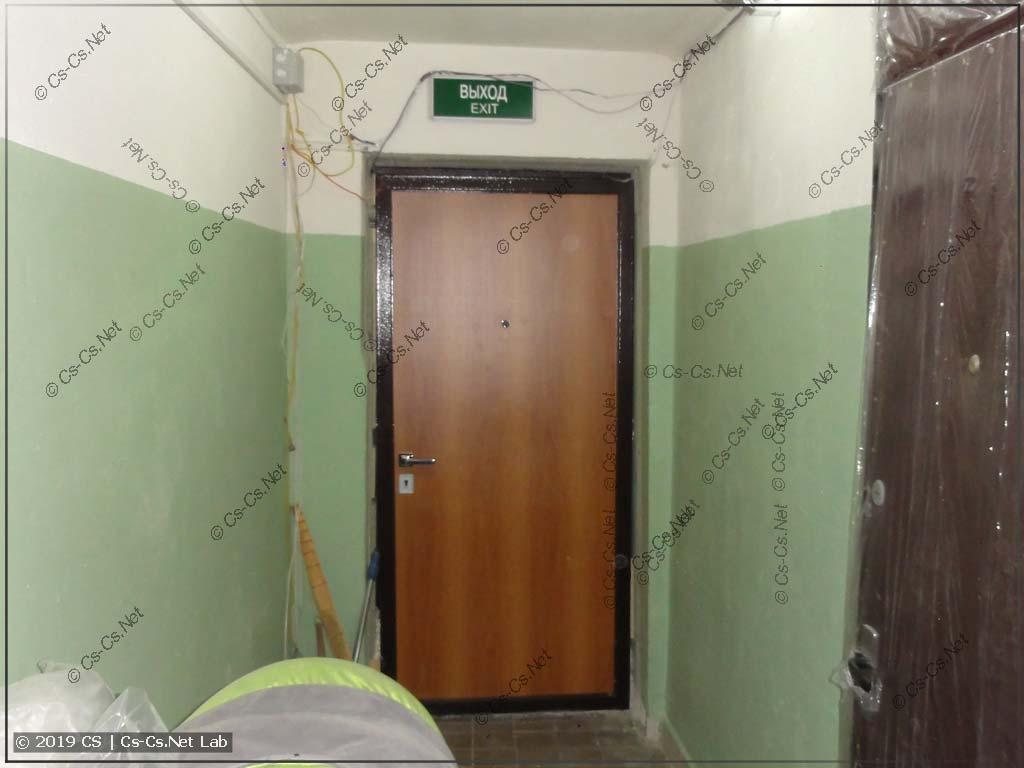 Новая дверь стоит в холле! Выглядит на 50 тыр, а стоит 10 тыр =)